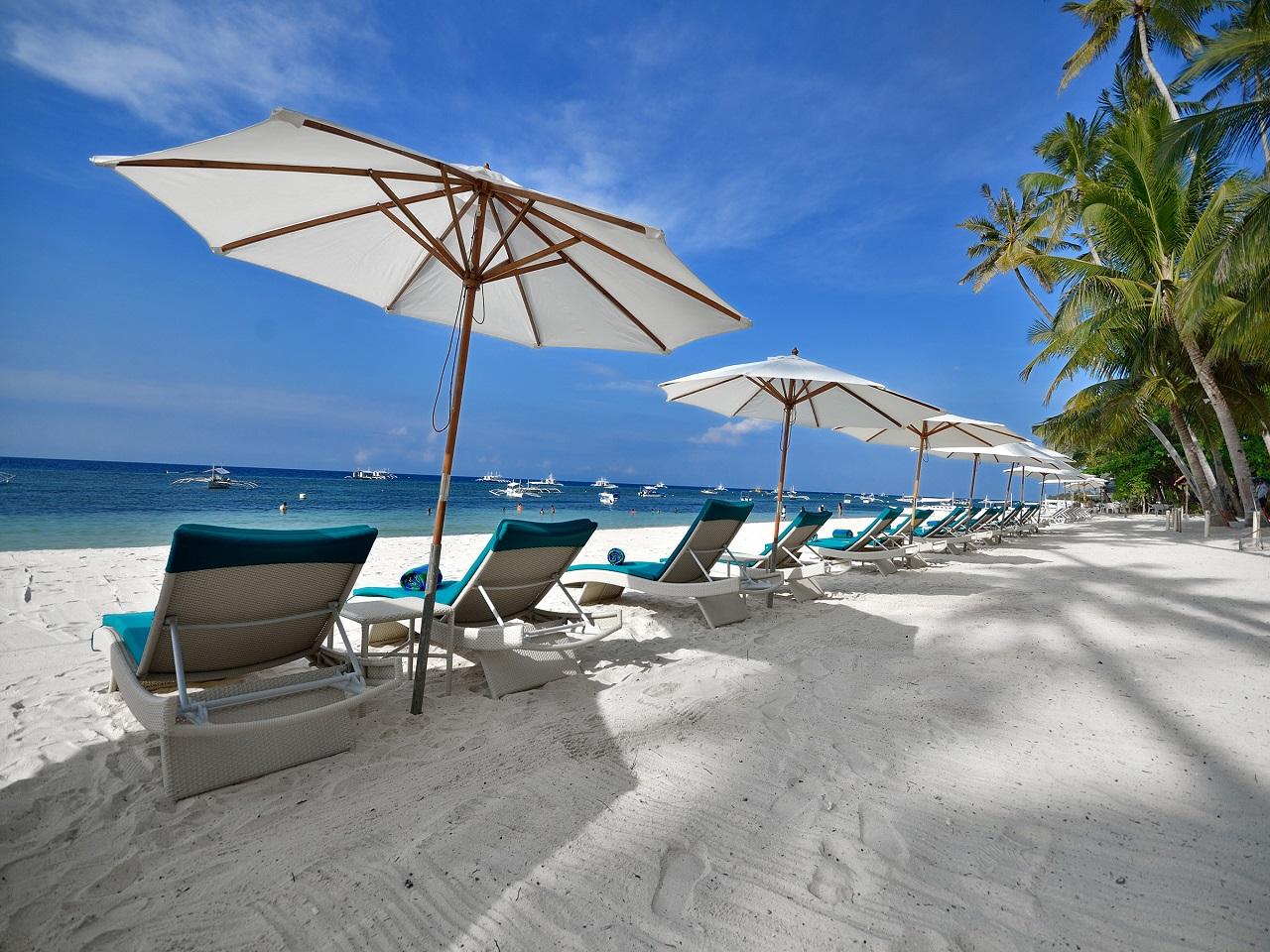 白砂が広がるビーチと紺碧の海がコラボしたリゾートエリア!