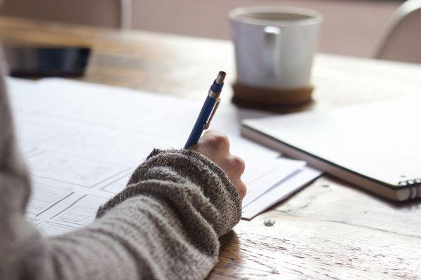 勉強をする人のイメージ写真