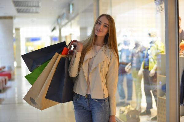 たくさんのショッピングバッグを持つ外国人女性