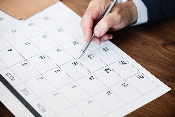 カレンダーで予定をチェックする人
