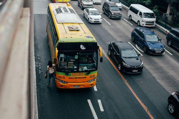 フィリピンの車が走っている道路