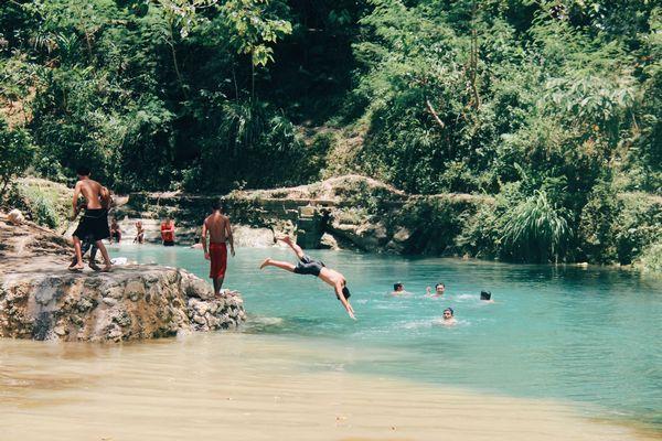 ボホール島の水辺で遊ぶ人たち