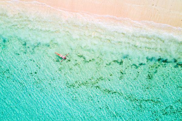 透明度の高い海に浮かぶ人