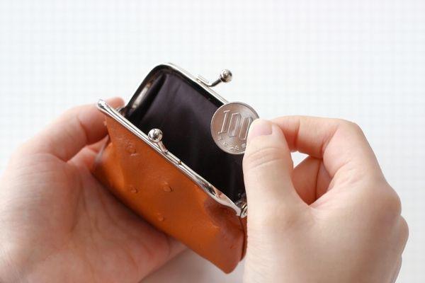 お財布から100円を取り出す手