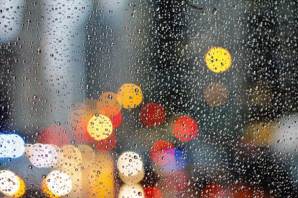 雨のしずくに濡れる窓