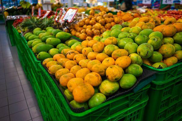 マンゴーなどフルーツが売られている様子