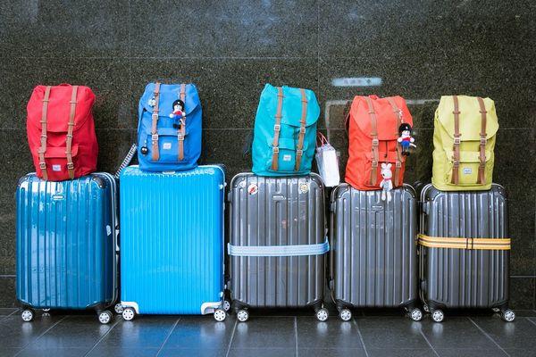 5つの並んだスーツケースと荷物