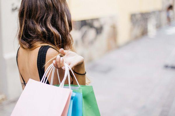 ショッピングバックを持って買い物を楽しむ女性