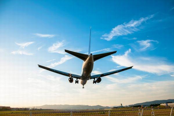 着陸する飛行機