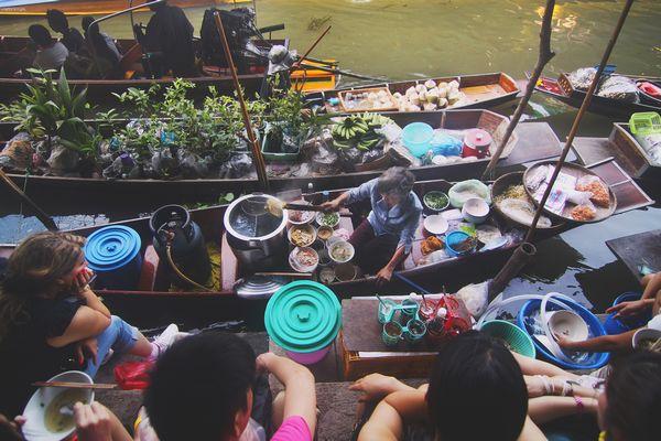 タイの水上マーケットの様子