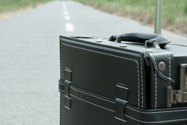 道に置かれたスーツケース
