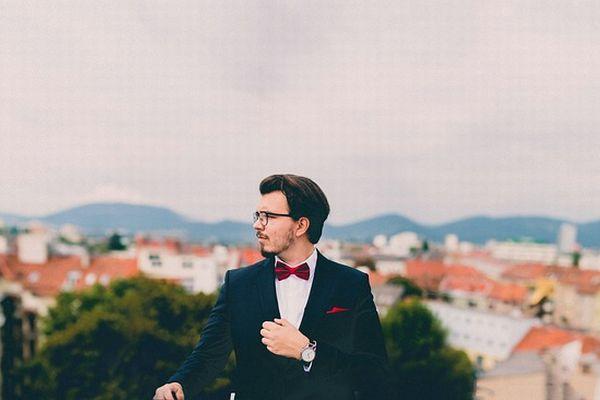 タキシードに蝶ネクタイをした男性