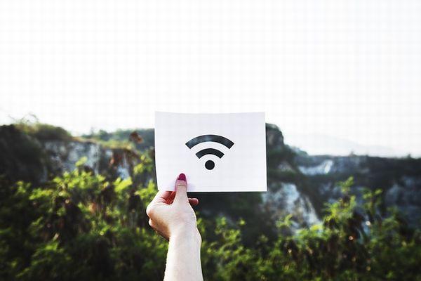 Wi-Fiのマークを持った女性の手