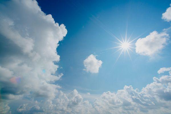 青い空と輝く太陽