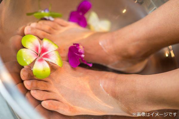 花が浮かぶ水に入れた足