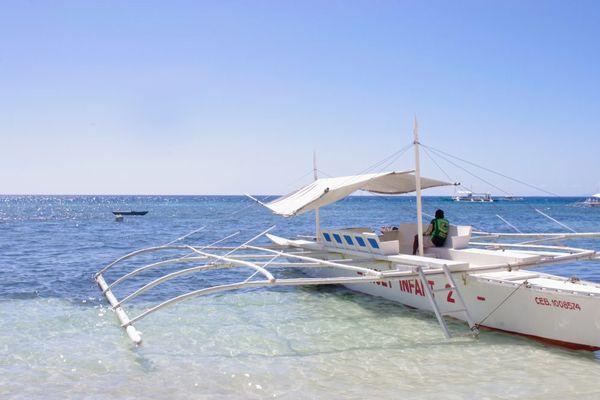 セブ島の海に浮かぶバンカーボート