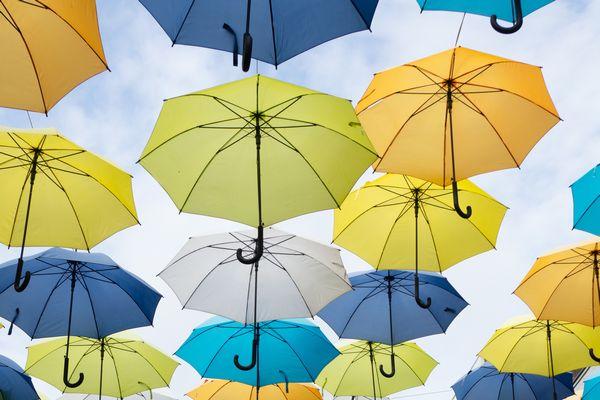 宙に浮かぶ色とりどりの傘