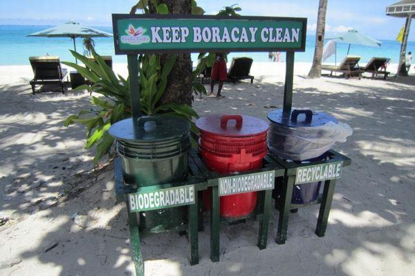 フィリピン・ボラカイ島のビーチに置かれたごみ箱