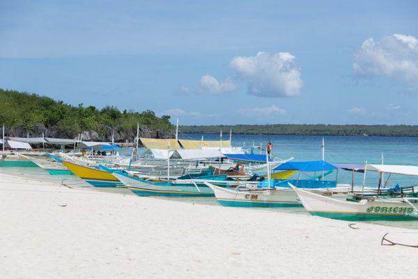 フィリピンの海に浮かぶバンカーボート
