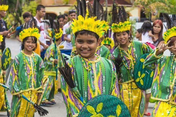 シヌログ祭りの参加する子供たち