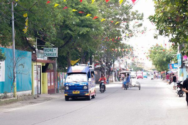 セブの街を走るジプニー