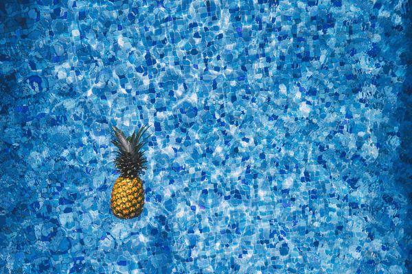 プールに浮かべられたパイナップル