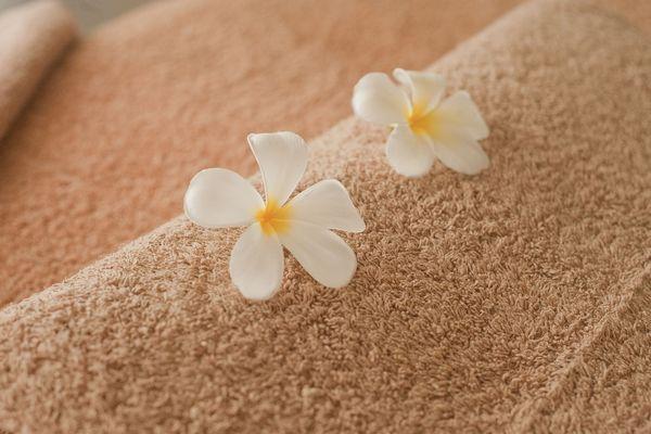 タオルの上に乗った白い花