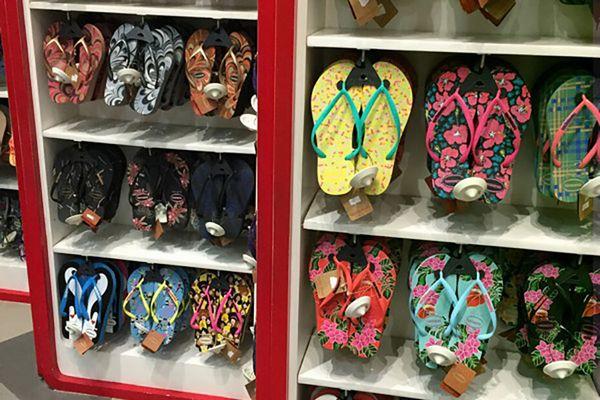 ショッピングモールで売られているサンダル