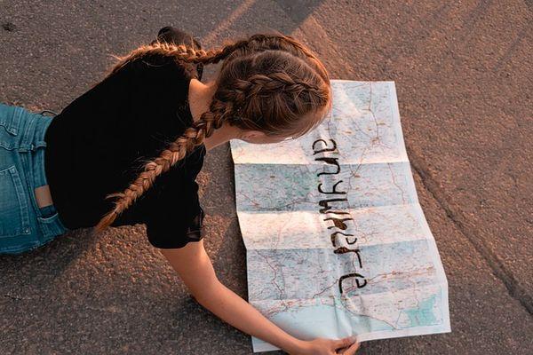 「anywhere」と書かれた地図を見る女性