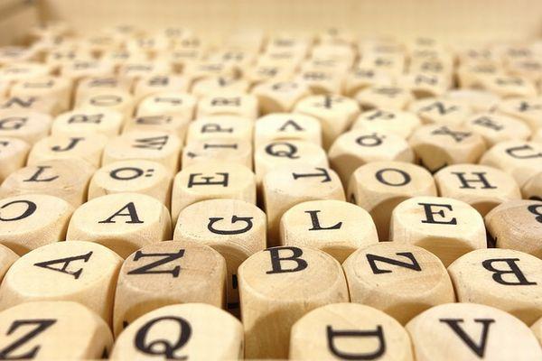 並べられたアルファベットの書かれたブロック