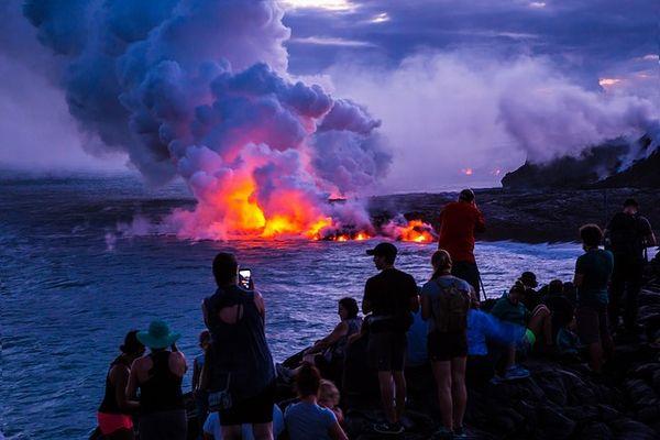 ハワイ火山国立公園で写真を撮る観光客