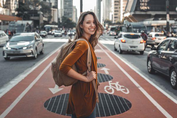 カメラ目線で笑顔の女性
