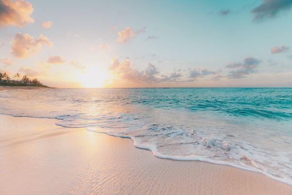 白い砂浜の波打ち際