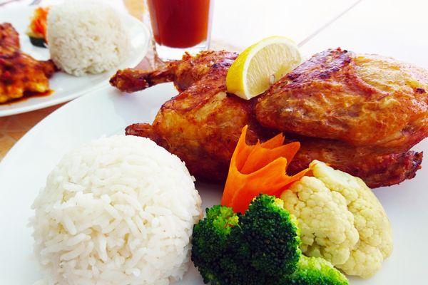 フィリピン料理のチキンとお米