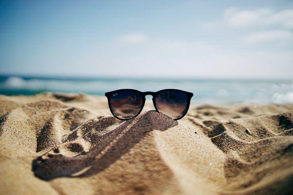 砂浜に置かれたサングラス