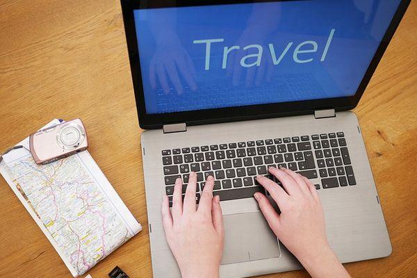 パソコンで旅行計画を立てるイメージ写真