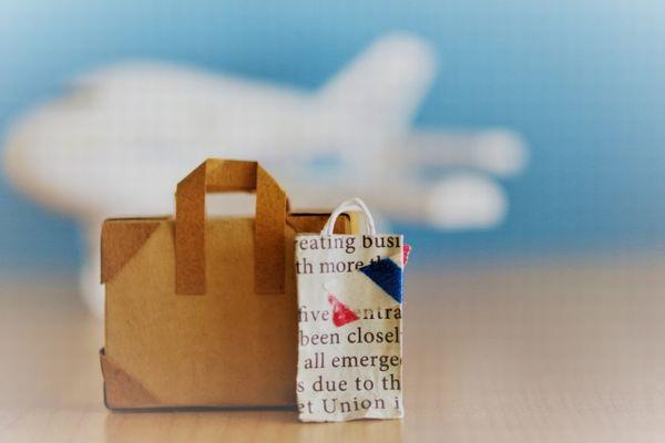 紙で作られたスーツケースとショッピングバッグのイメージ