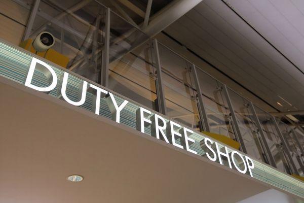 DUTY FREE SHOPの看板