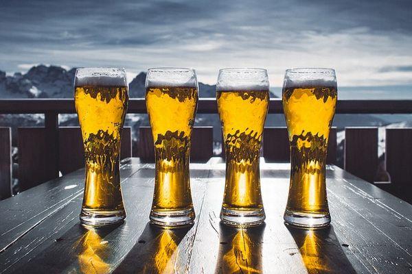 並べられた4つのビールが入ったグラス