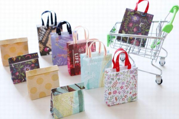 並べられたショッピングバッグのイメージ写真