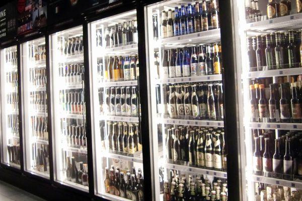 冷蔵ケースに並べられたビール