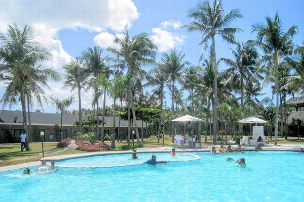 マクタン島のリゾートホテルのプール